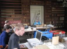 aan het werk in de biblioteek