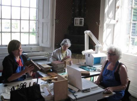 vrijwilligers helpen mee