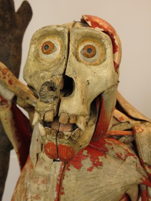 Gorilla van papier-mâché en echte botten